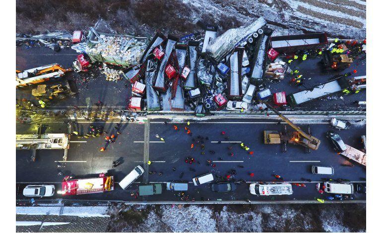 Mueren al menos 17 personas en choque múltiple en China