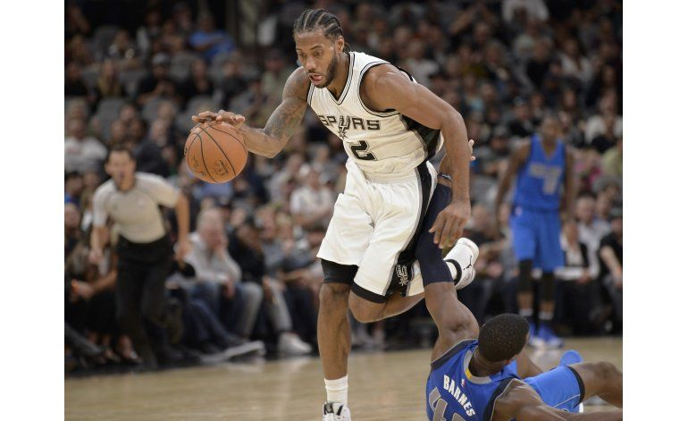 Leonard anota 24 y Spurs hunden más a Mavericks