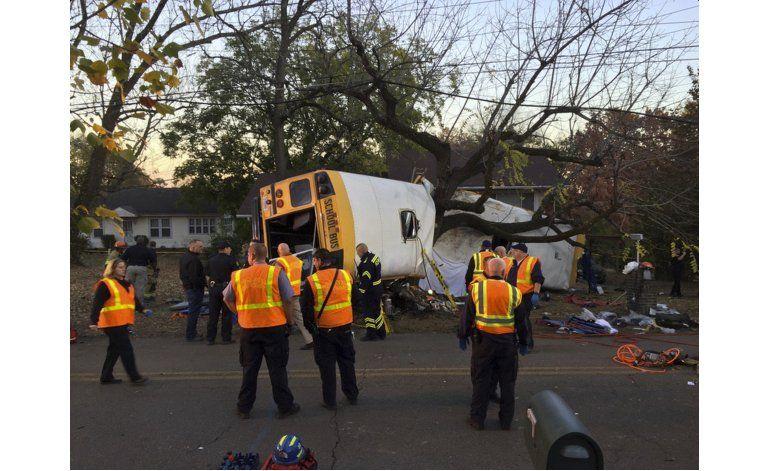 Cinco muertos en choque de autobús escolar en Tennessee