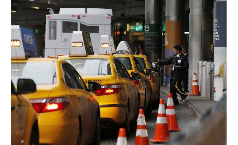 Aeropuertos de EEUU cobran salidas a taxis; pagan clientes