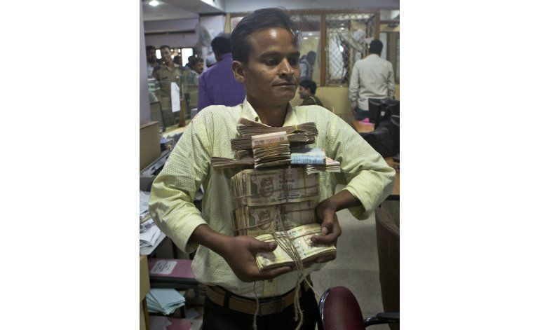 Revuelo en India por retiro del 85% de billetes circulantes