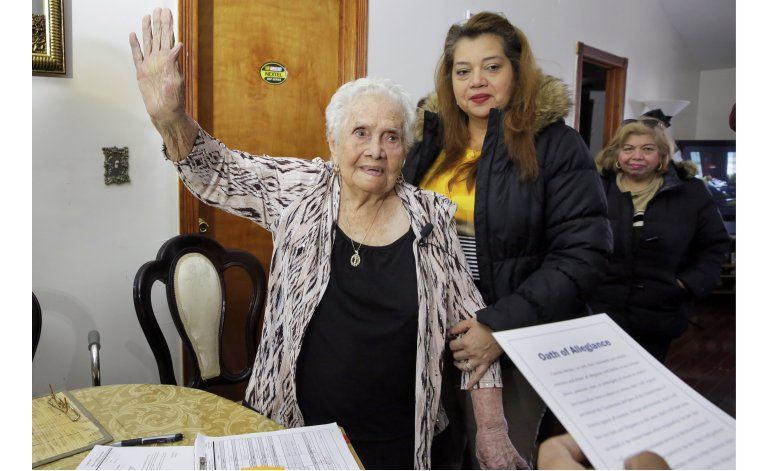 NY: Colombiana llamada América se naturaliza a los 99 años