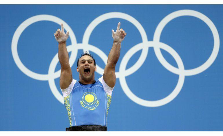 Despojan de medallas olímpicas a levantador de pesas kazajo