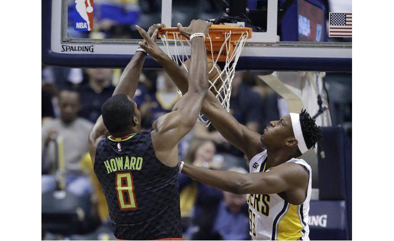Howard suma 23 puntos y 20 rebotes, Hawks vencen a Pacers