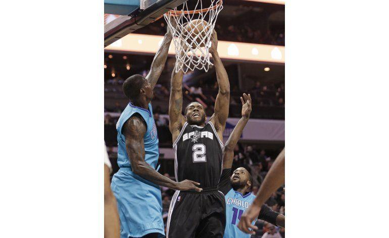 Spurs vence a Hornets y sigue invicto fuera de casa