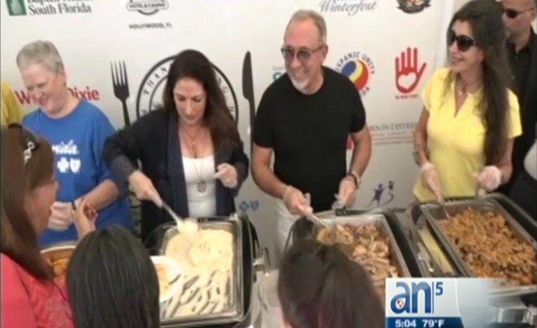 Gloria y Emilio Estefan comparten cena de Día de Acción de Gracias con los mas necesitados
