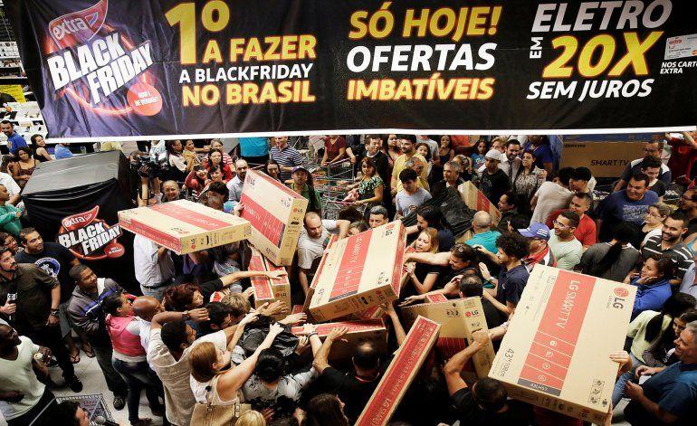 Largas filas, ansiedad y muchos televisores: las mejores fotos del Black Friday 2016