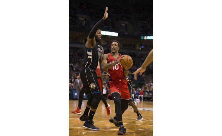 DeRozan anota 26 puntos y Raptors vencen 105-99 a Bucks