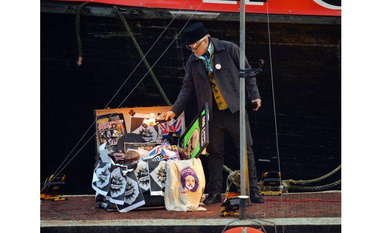 Adiós al punk: queman memorabilia valuada en 6,25 millones