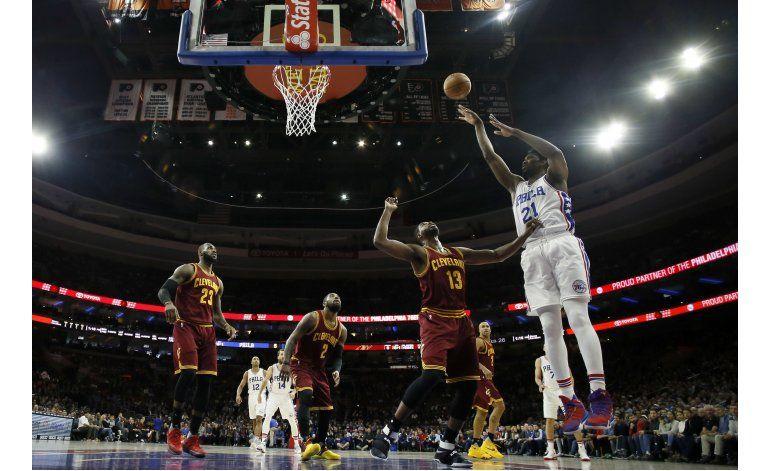 Irving y LeBron lideran remontada de Cavaliers sobre 76ers