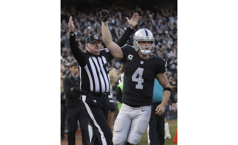 Carr se sobrepone a lesión y Raiders superan a Panthers