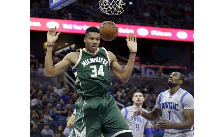 Con 20 de Henson, Bucks derrotan al Magic