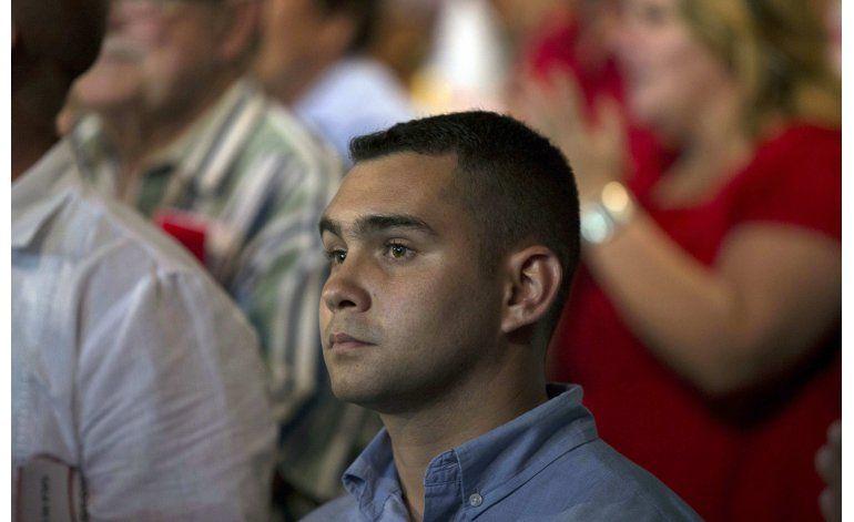 Elián González regresa a la escena pública; elogia a Castro
