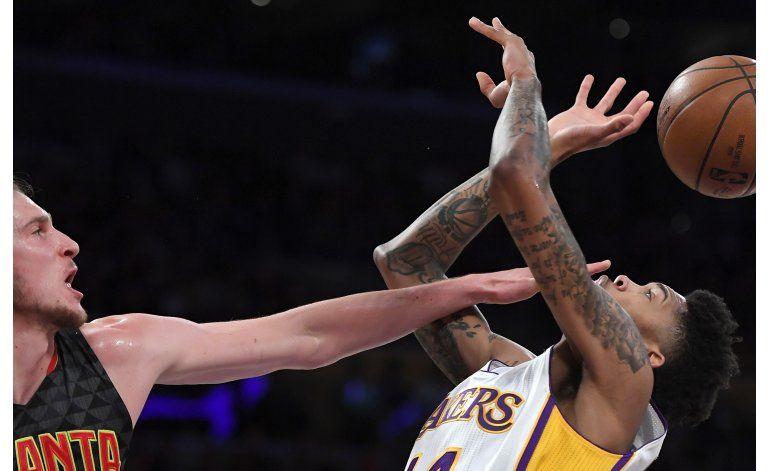 Williams guía a Lakers a barrer serie de temporada con Hawks