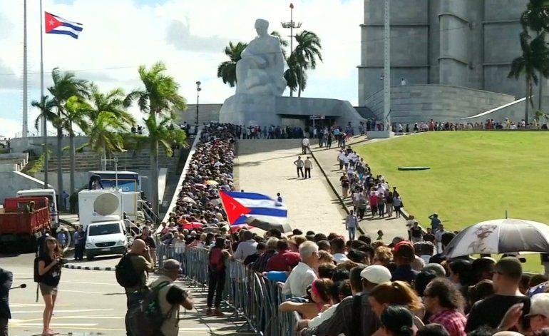 Cubanos de la isla acuden al funeral de Fidel Castro