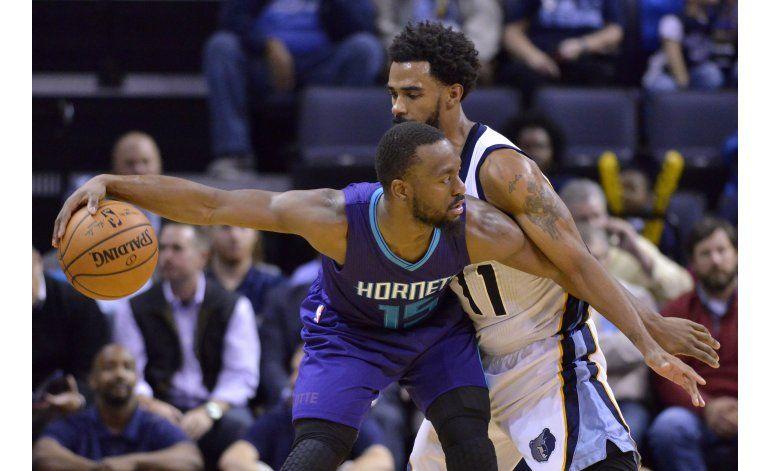 Walker y Lamb lucen en triunfo de Hornets sobre Grizzlies