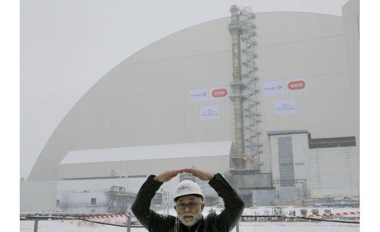 Colocan carcasa protectora en central nuclear de Chernóbil