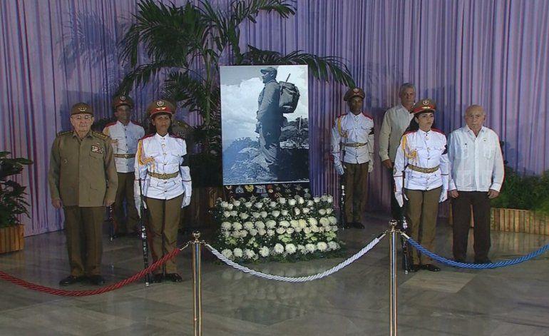 Raúl Castro por fin aparece en velorio de su hermano