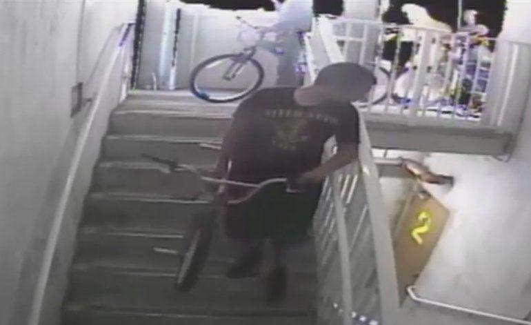 Captan por tres cámaras de seguridad a tres jóvenes vandalizando un parque en Hialeah