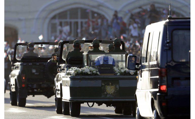 Vitorean a Fidel en su recorrido fúnebre hacia el este