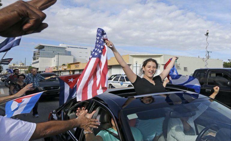 Exiliados cubanos en Miami celebran el fin de una era