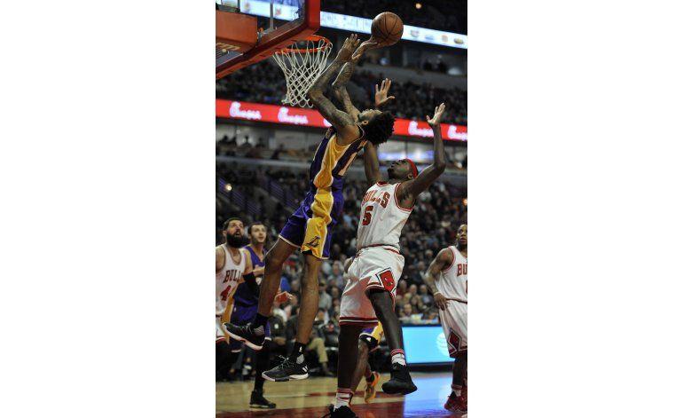 Randle logra enceste clave; Lakers superan a Bulls