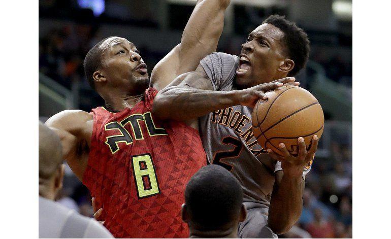 Con 23 de Knight, Suns superan 109-107 a Hawks