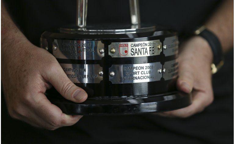 Santa Fe entrega su trofeo de la Sudamericana a Chapecoense