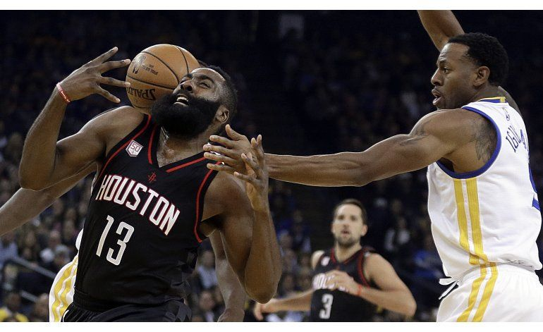 Triple-doble de Harden guía a Rockets ante Warriors
