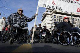 discapacitados protestan en grecia contra la austeridad