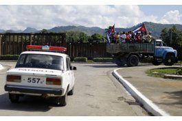 caravana con restos de castro avanza en el oriente de cuba