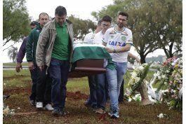 en ciudad enlutada, sepultan a presidente del chapecoense