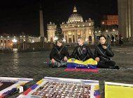 familiares de presos politicos venezolanos se encadenaron en la plaza san pedro del vaticano para pedir libertad