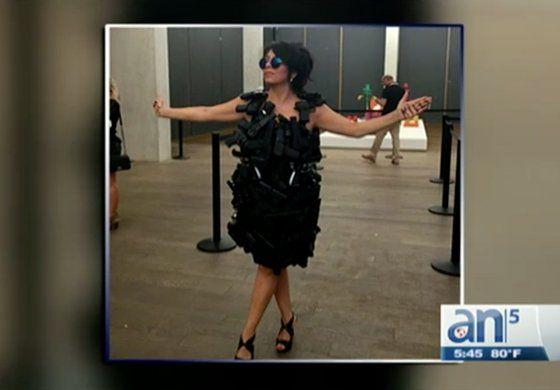 Diseñadora que mostró traje realizado con armas termino arrestada en Art Basel de Miami