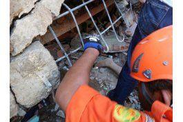 indonesia busca sobrevivientes tras un potente terremoto