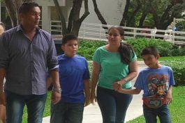 padres panamenos piden ayuda a la comunidad para extraer un tumor en la cara de su hijo