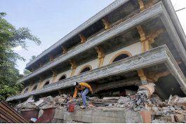 indonesia: ayuda llega a zona de sismo que causo 102 muertos