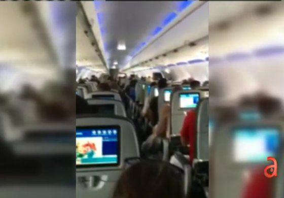 Piloto cubano de Jet Blue se emociona al aterrizar en Cuba después de 27 año