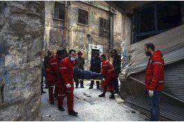 cientos de civiles sirios huyen de la zona rebelde en aleppo