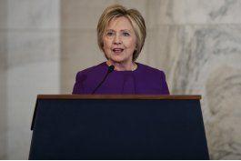 hillary clinton condena auge de noticias faltas en discurso