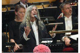 patti smith olvida letra al cantar en gala de premios nobel