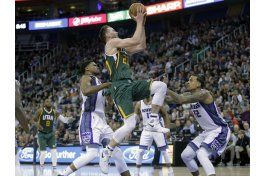 jazz supera perdidas de balon, gana a kings 104-84