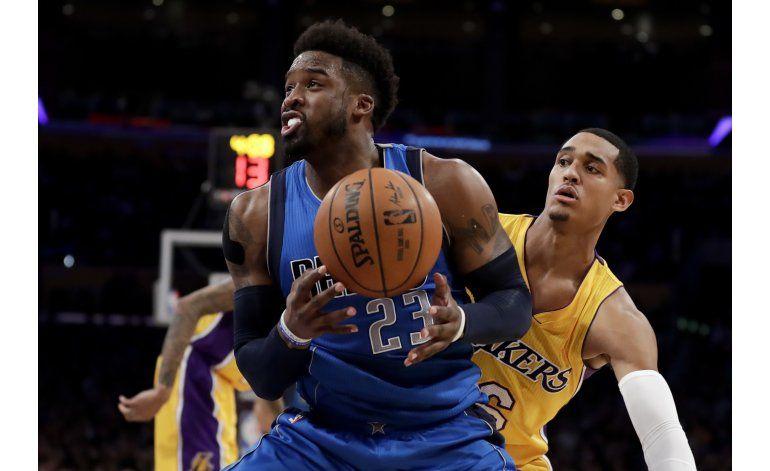 Mavericks arremeten en 3er cuarto; vencen a Lakers 101-89