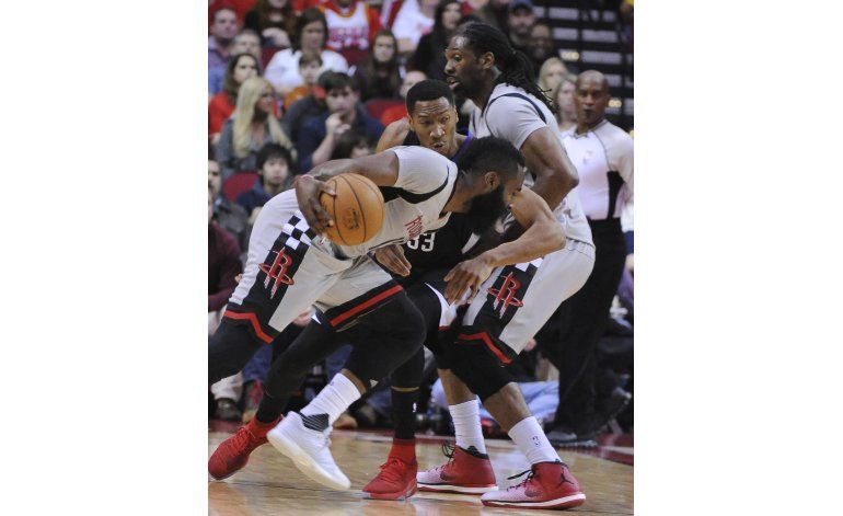 Harden logra triple-doble; Rockets vencen a Clippers 140-116