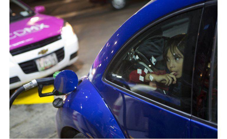 Escasez y alza de gasolina encienden el fin de año en México