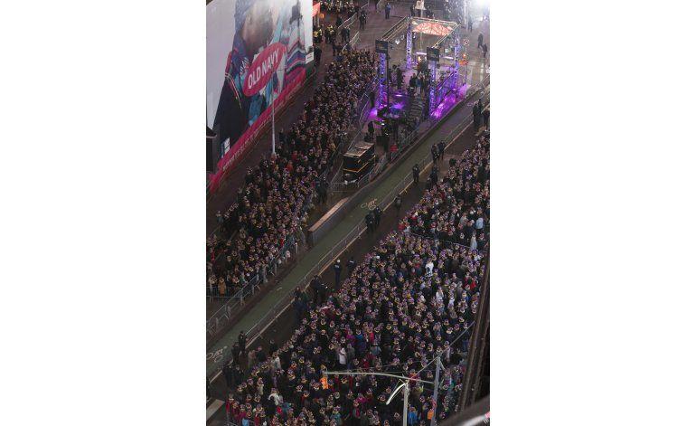 Miles llenan Times Square para celebrar el Año Nuevo