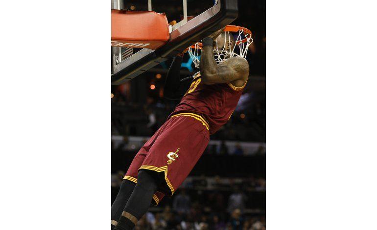 Con 32 puntos de James, Cavaliers vencen 121-109 a Hornets