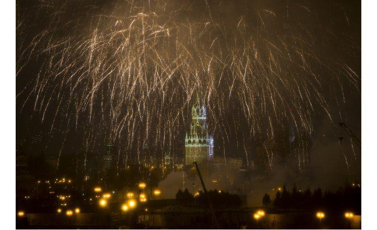 AP Fotos: El mundo recibe 2017 con pirotecnia y fiestas