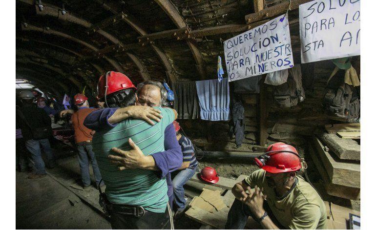 Mineros chilenos reciben año con protesta en el subsuelo