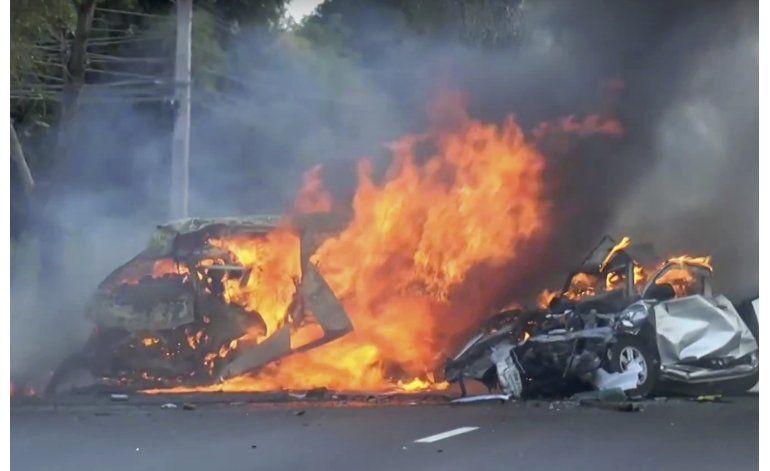 Chocan minibús y camioneta en Tailandia; 25 muertos